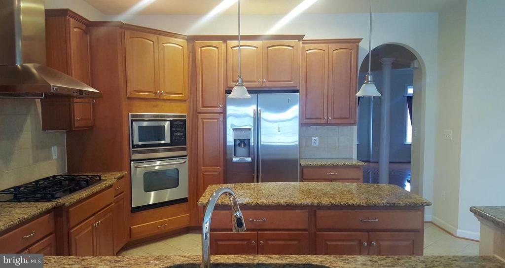 Kitchen w/ Upgraded Appliances - 24905 EARLSFORD DR, CHANTILLY