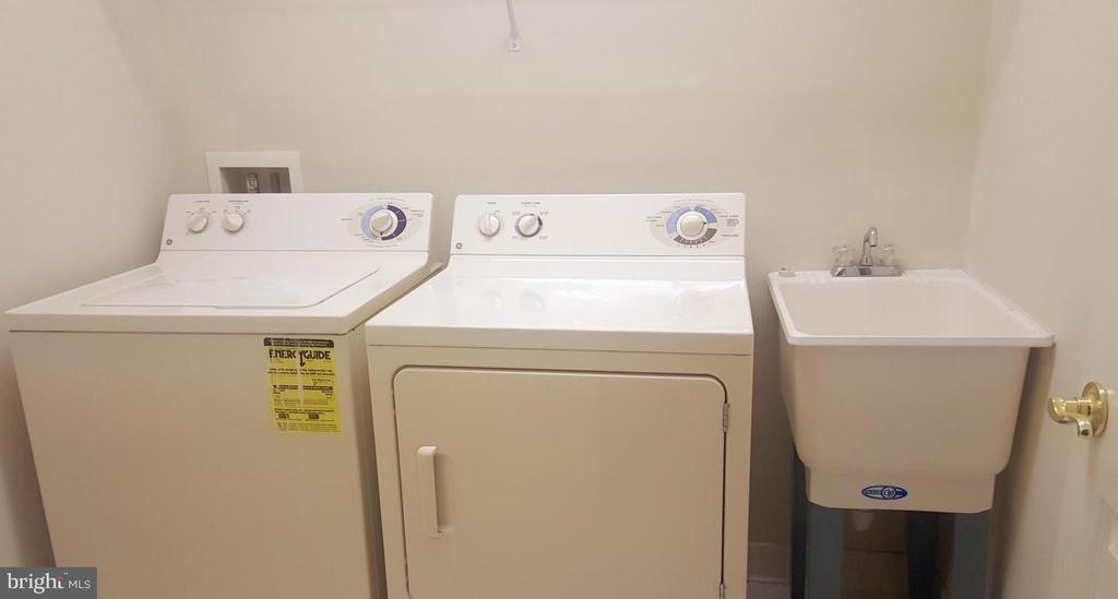 Separate Laundry Room & Sink - 24905 EARLSFORD DR, CHANTILLY