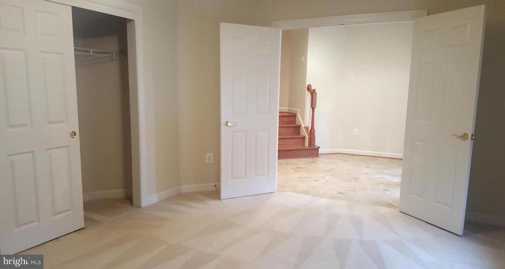 Bedroom on Entry Level - 24905 EARLSFORD DR, CHANTILLY