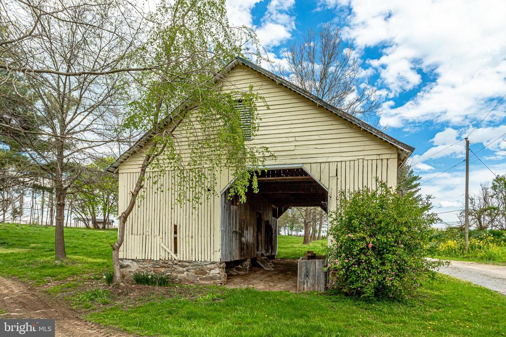 Ho about some lights & a farm table for dining! - 19525 TELEGRAPH SPRINGS RD, PURCELLVILLE