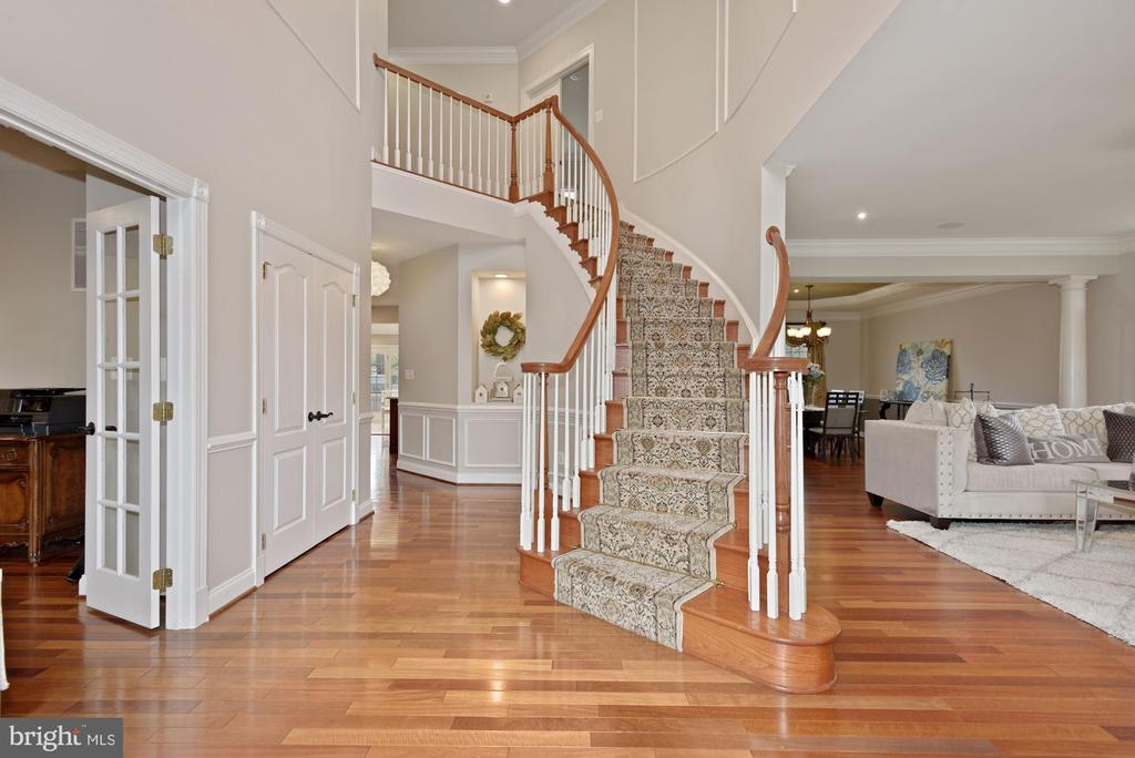 Beautiful Curved-Staircase - 19582 SARATOGA SPRINGS PL, ASHBURN