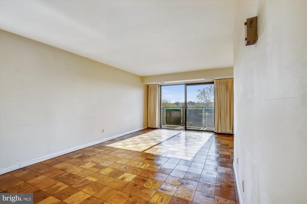 Large Sun filled Living Room - 3100 S MANCHESTER ST #612, FALLS CHURCH