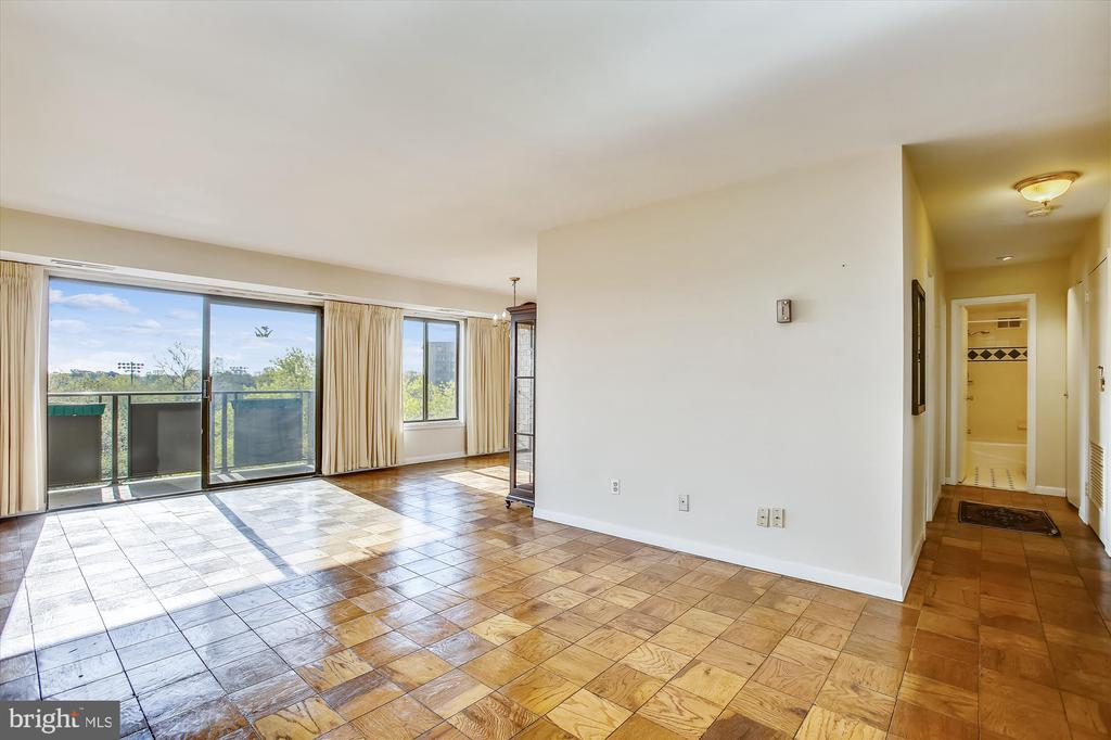 Bright Sun filled Living Room - 3100 S MANCHESTER ST #612, FALLS CHURCH