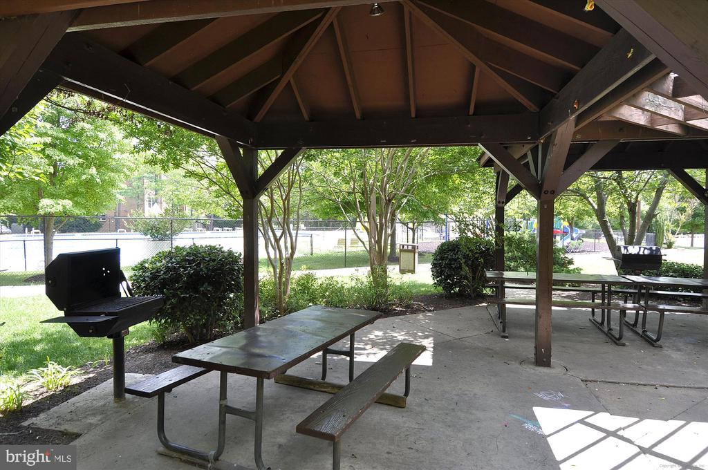 Grills and Areas to Entertain - 3100 S MANCHESTER ST #612, FALLS CHURCH
