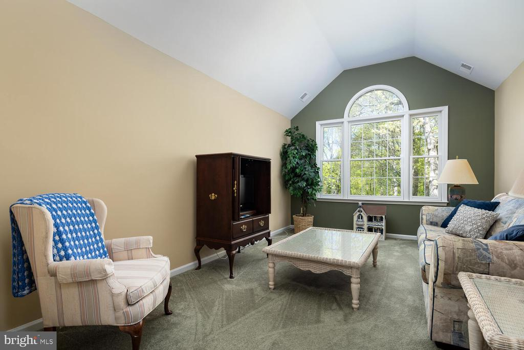 Spacious Sitting Room w/Palladian Window - 10654 CANTERBERRY RD, FAIRFAX STATION