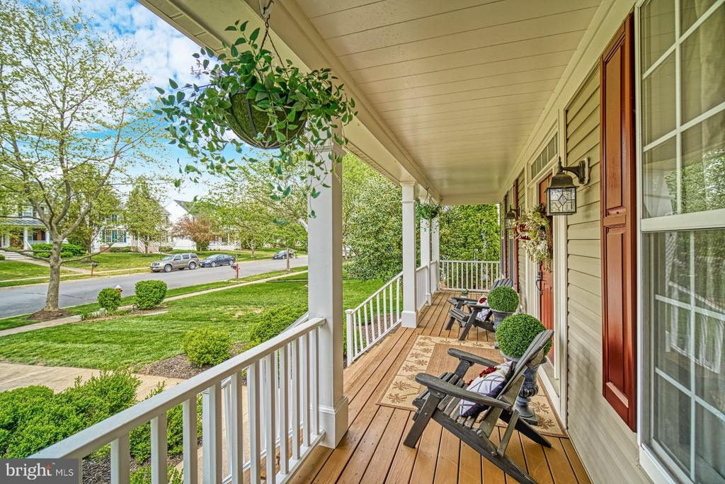 Fantastic front porch to welcome your guests - 26216 LANDS END DR, CHANTILLY
