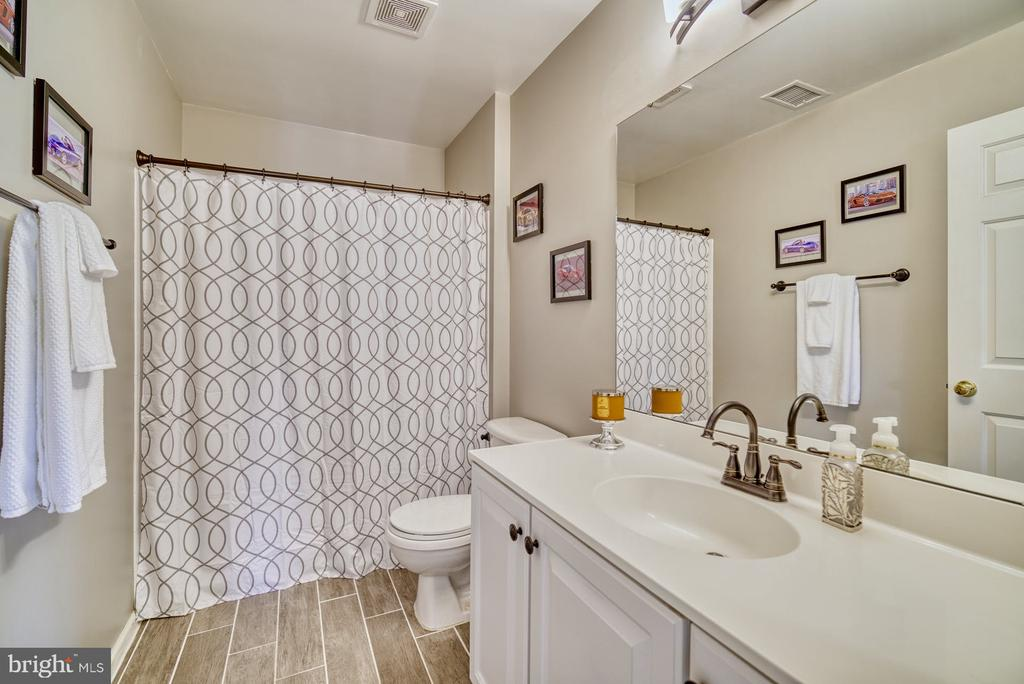 2020 Upper level hall bathroom updated - 26216 LANDS END DR, CHANTILLY