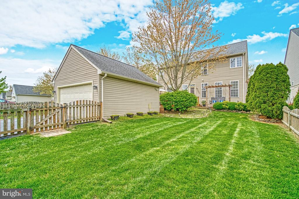 Lovely yard great for pets and corn hole games - 26216 LANDS END DR, CHANTILLY