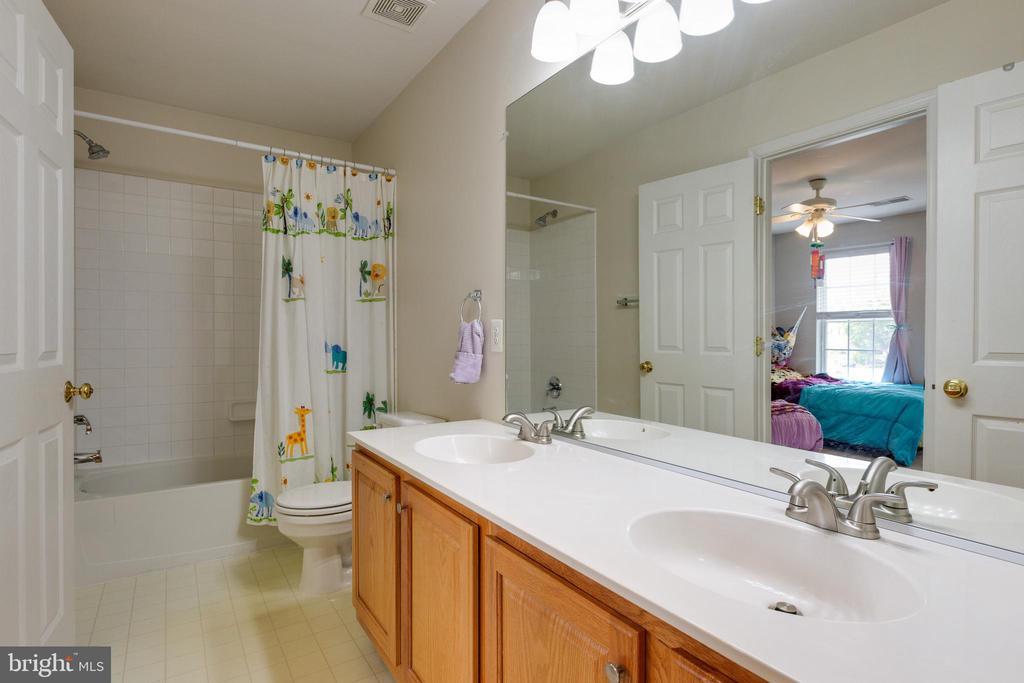 Full bath upstairs - 14917 GLADIOLUS CT, WOODBRIDGE