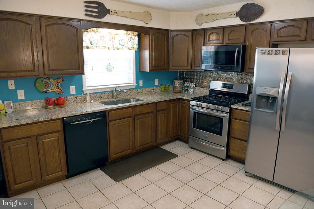 Kitchen w/tile floor, granite, some SS appliances - 312 SYCAMORE DR, FREDERICKSBURG