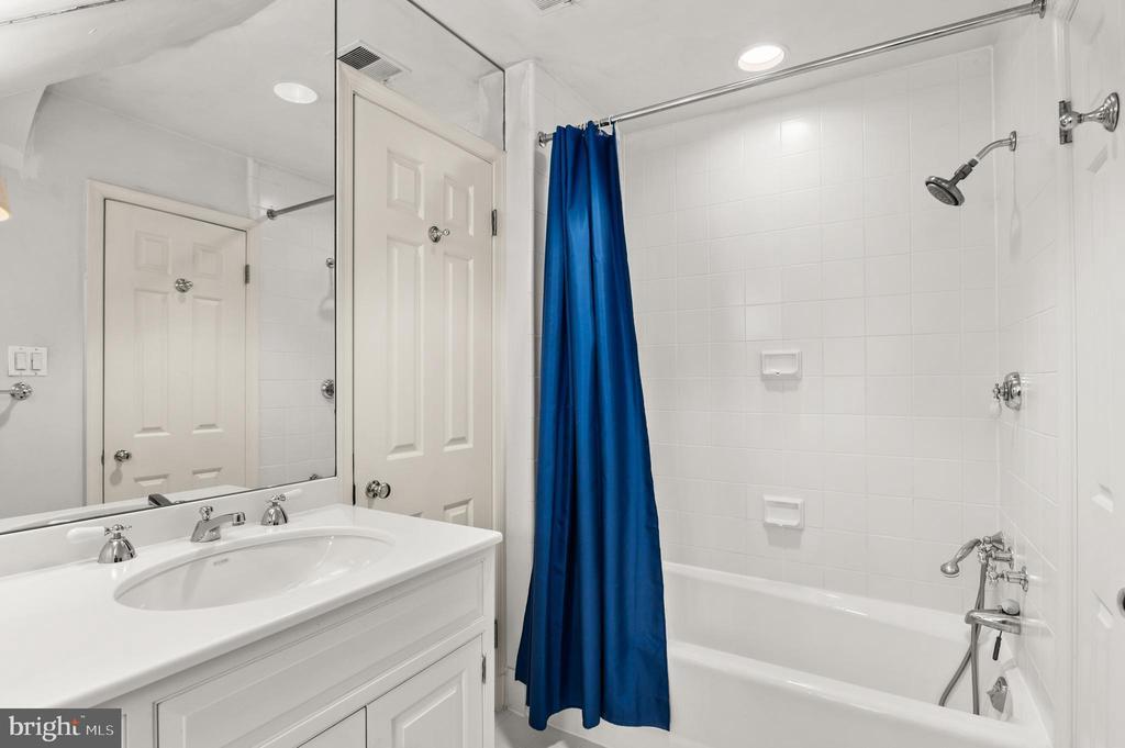 Jack & Jill bath - 2208 KALORAMA RD NW, WASHINGTON