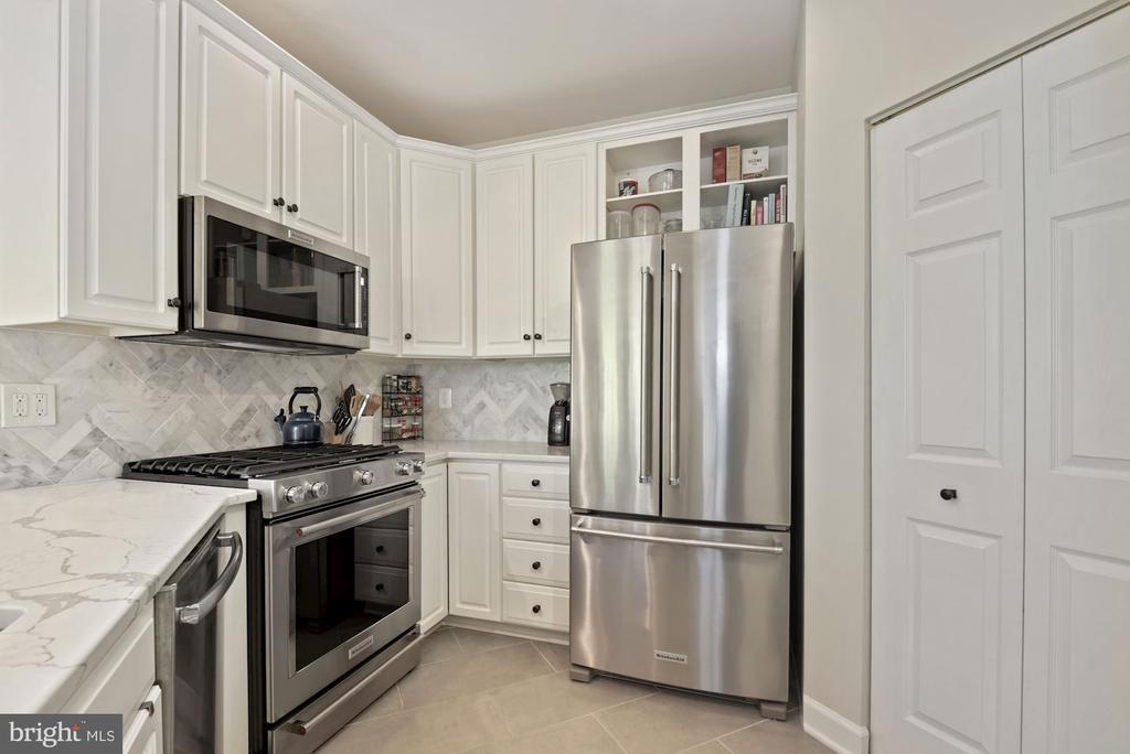 Stainless appliances & beautiful countertops - 2310 14TH ST N #206, ARLINGTON