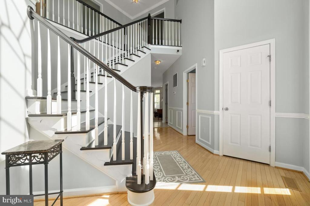 Beautiful updated staircase in two story foyer - 2104 BEAR CREEK CT, FREDERICK