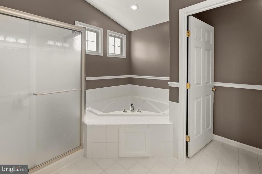 Separate shower and jacuzzi soaker tub - 2104 BEAR CREEK CT, FREDERICK