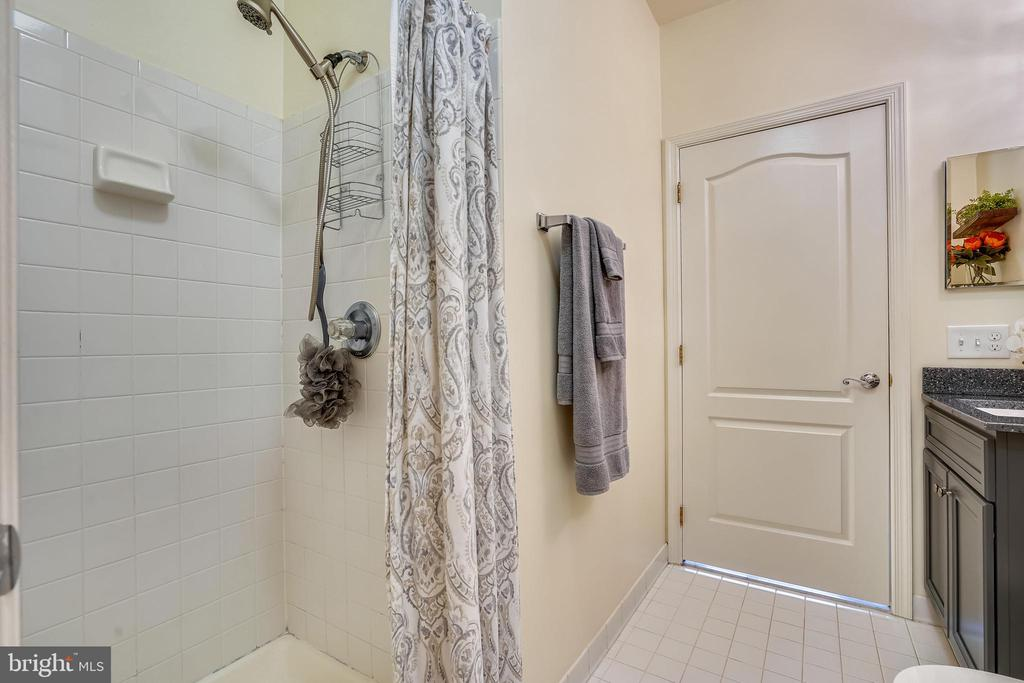 Stand up shower - 20933 CEDARPOST SQ #302, ASHBURN