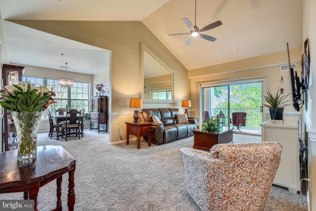 Penthouse level and end unit with vaulted ceilings - 20933 CEDARPOST SQ #302, ASHBURN