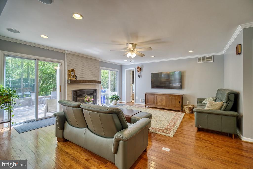 Bright Family Room (tv conveys) - 2645 BLACK FIR CT, RESTON