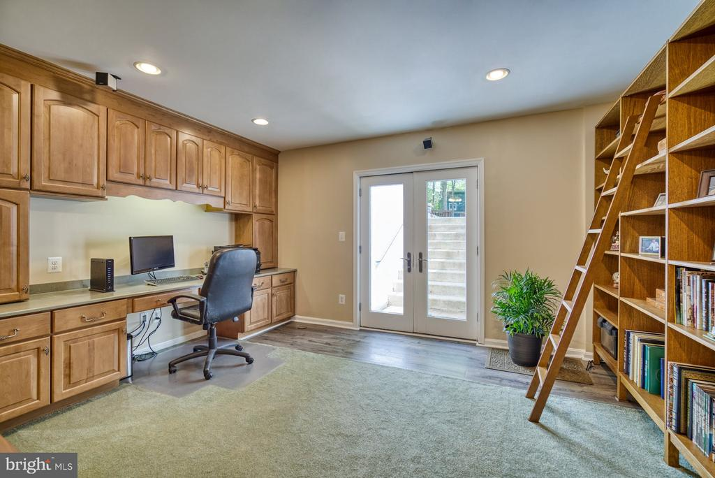 Finished lower level with built ins and walk up. - 2645 BLACK FIR CT, RESTON