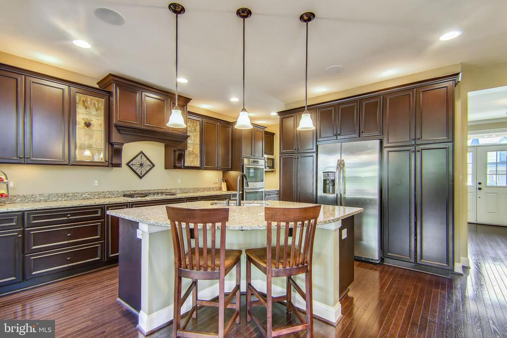 Gourmet kitchen with center island - 23397 MORNING WALK DR, BRAMBLETON