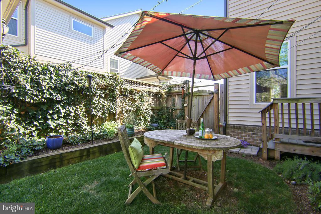 Outdoor entertaining with easy access to kitchen - 23397 MORNING WALK DR, BRAMBLETON