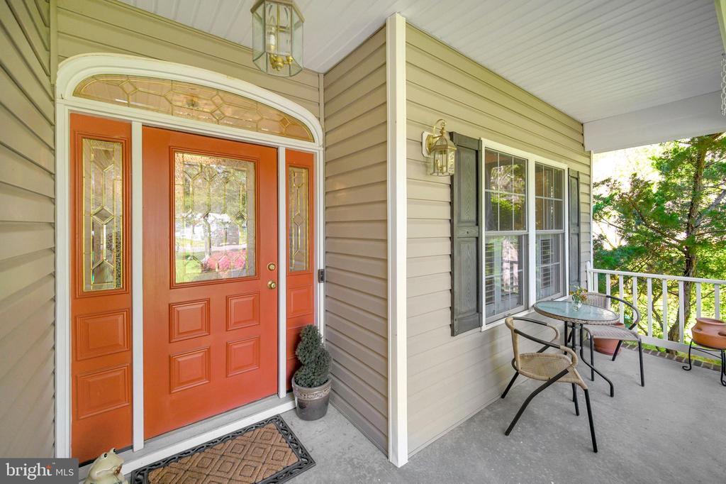 Inviting front porch - 609 STRATFORD CIR, LOCUST GROVE