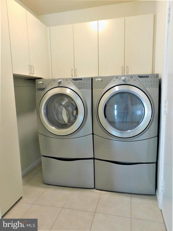 Newer updated washer-dryer & ample storage - 12520 BROWNS FERRY RD, HERNDON