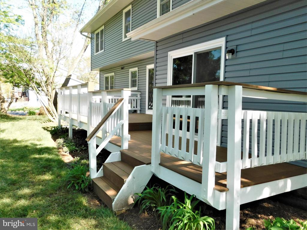 Trex deck stairs to landscaped back yard - 12520 BROWNS FERRY RD, HERNDON