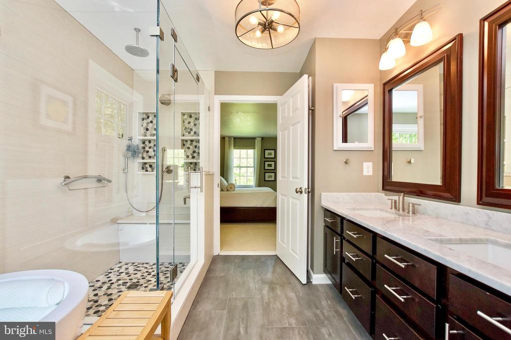 Large Shower and double vanity! - 20766 RIVERBIRCH PL, STERLING