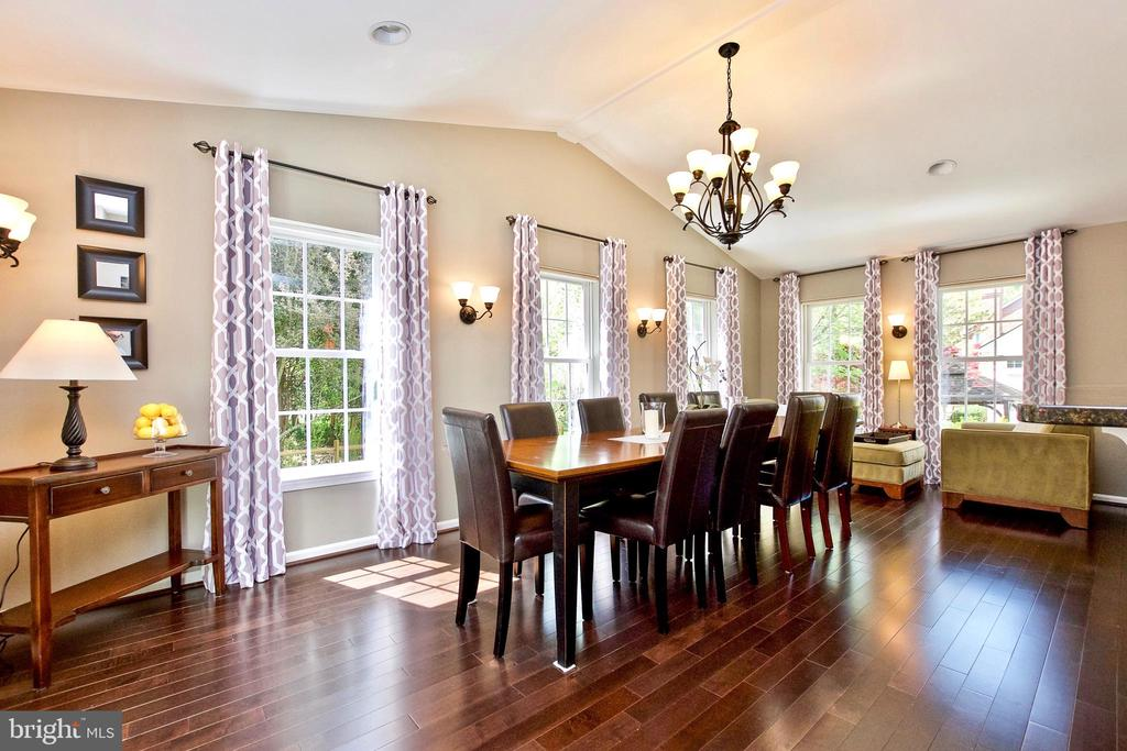 PERFECT FOR LARGE GARTHERINGS - 20766 RIVERBIRCH PL, STERLING