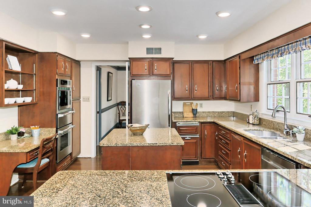 Custom Cherry Cabinetry w/SS  Appliances & Granite - 10700 HAMPTON RD, FAIRFAX STATION