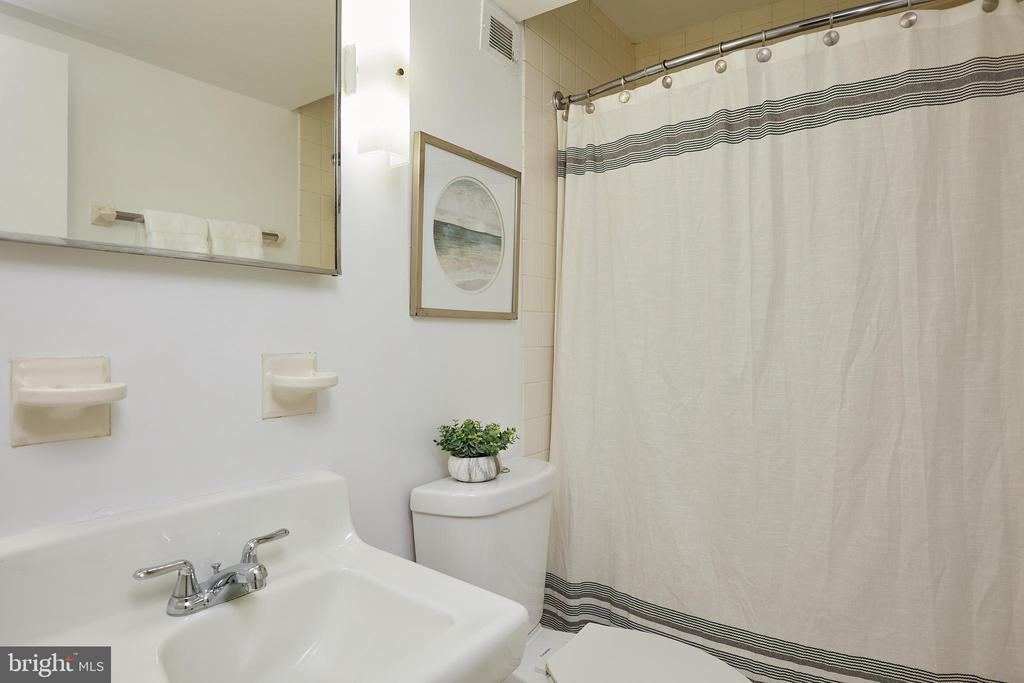 Lower level full bath - 11530 HIGHVIEW AVE, SILVER SPRING