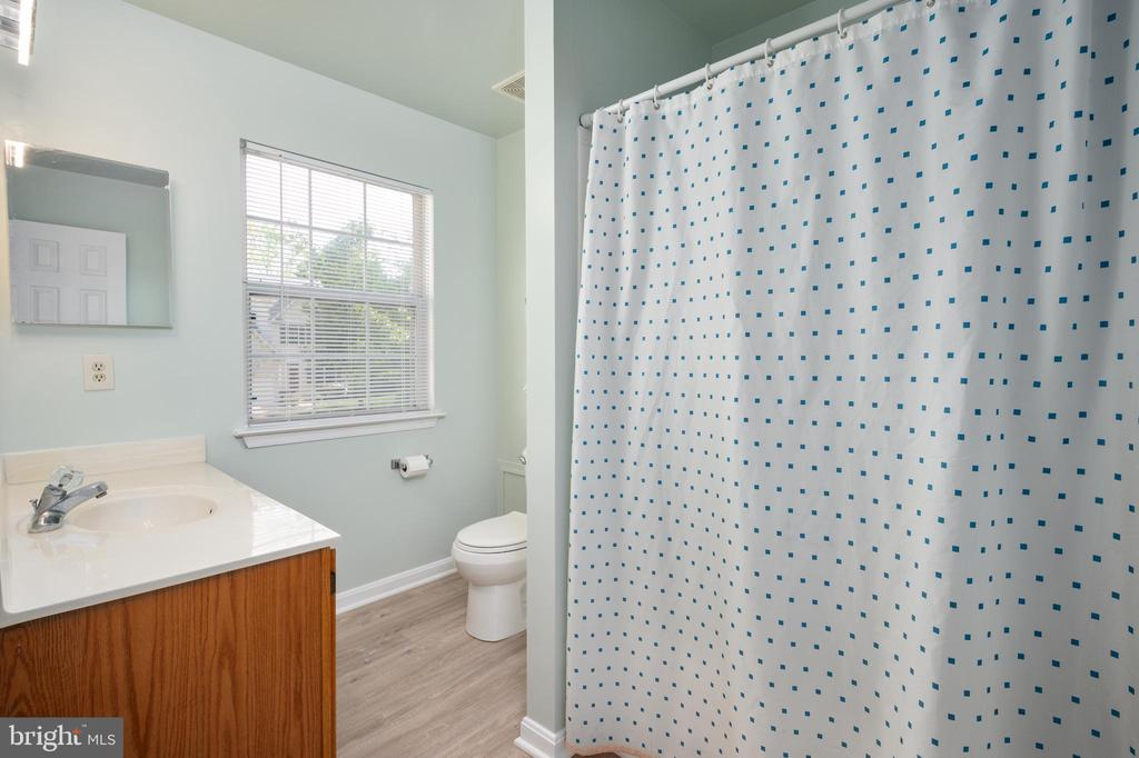 Upper level full bathroom with tub/shower combo. - 4 CATHERINE LN, STAFFORD