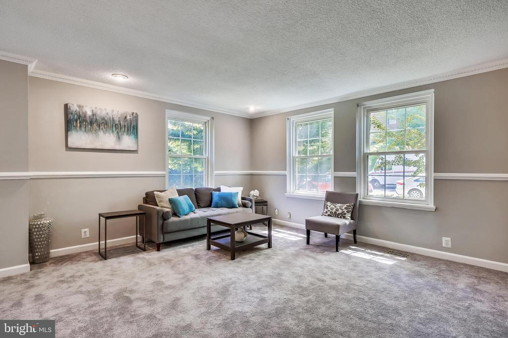 Light-filled end unit w/recessed lighting - 4839 27TH RD S, ARLINGTON