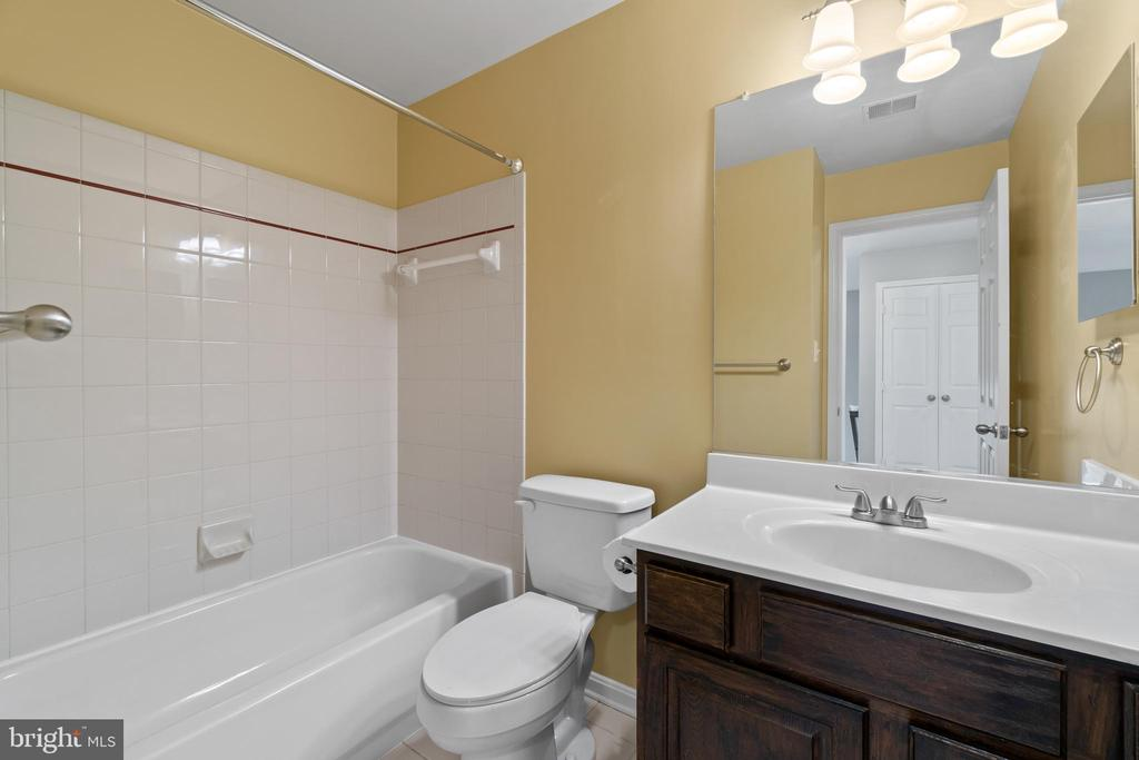 3rd full bath on lower level - 691 MCLEARY SQ SE, LEESBURG