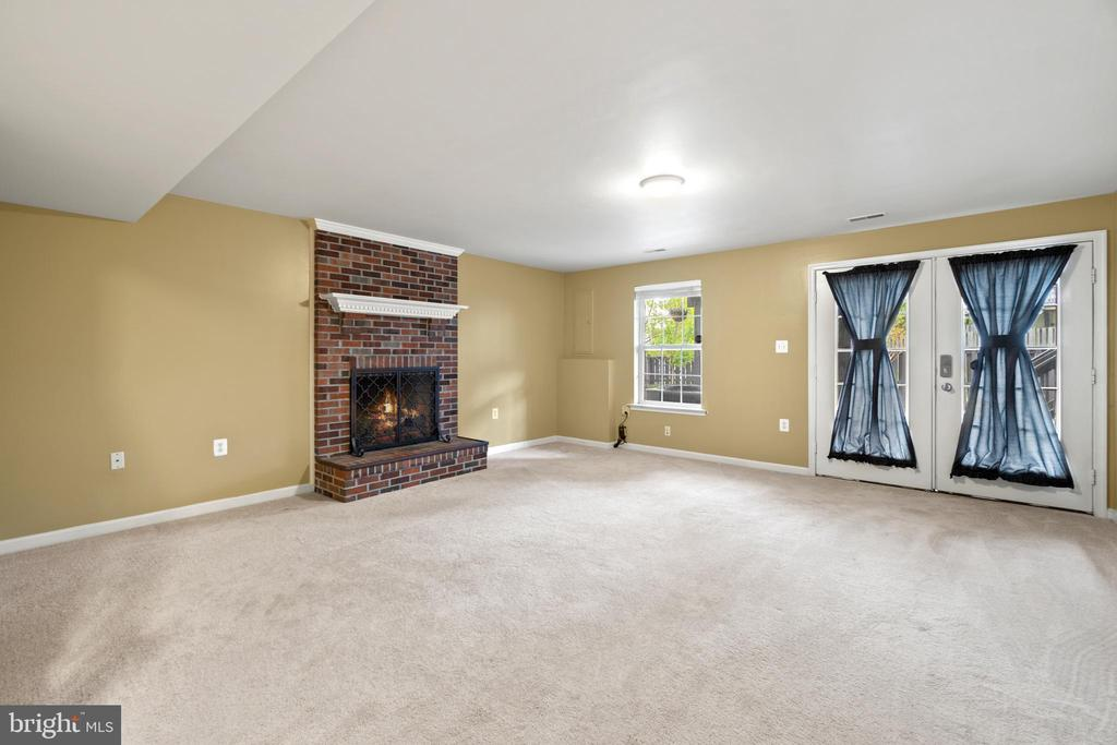 Wood burning fireplace - 691 MCLEARY SQ SE, LEESBURG