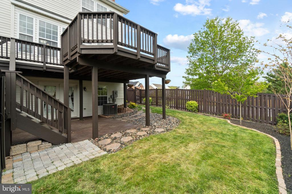 Fully fenced and professionally landscaped - 691 MCLEARY SQ SE, LEESBURG