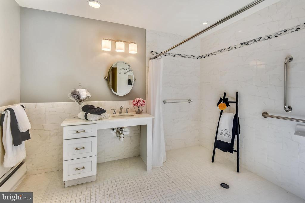 Main level updated ensuite - 3033 KNOLL DR, FALLS CHURCH