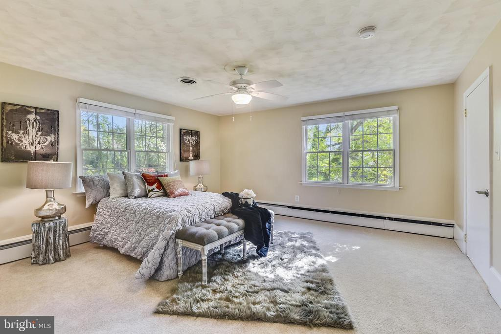 Master bedroom and ensuite on main level - 3033 KNOLL DR, FALLS CHURCH