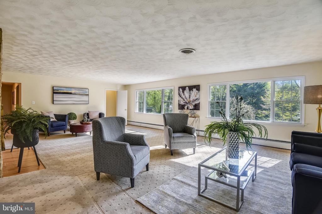 Beautiful living room - 3033 KNOLL DR, FALLS CHURCH