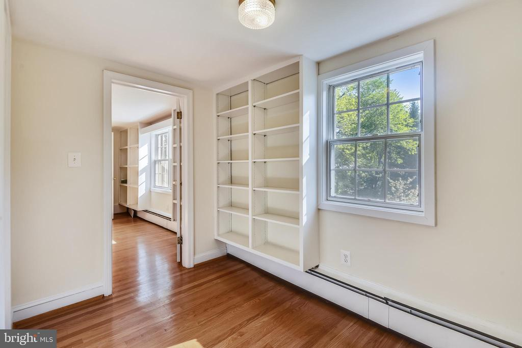 Sitting room between bedrooms on upper level - 3033 KNOLL DR, FALLS CHURCH