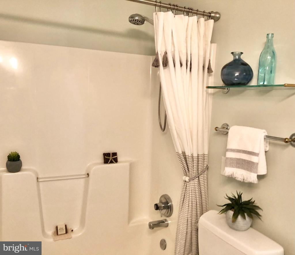 Huge shower! - 222 BIRDIE RD, LOCUST GROVE