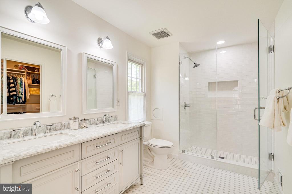 Newly renovated owner's suite bath - 6850 WILLIAMSBURG POND CT, FALLS CHURCH
