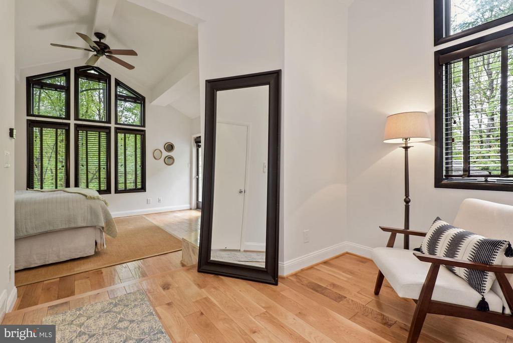 Master bedroom w/sitting area-walk in closet! - 2108 OWLS COVE LN, RESTON