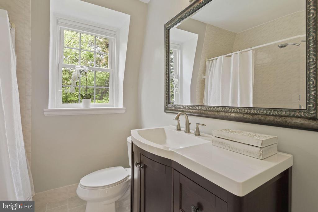 Upstairs full bath - 3613 S WAKEFIELD ST, ARLINGTON