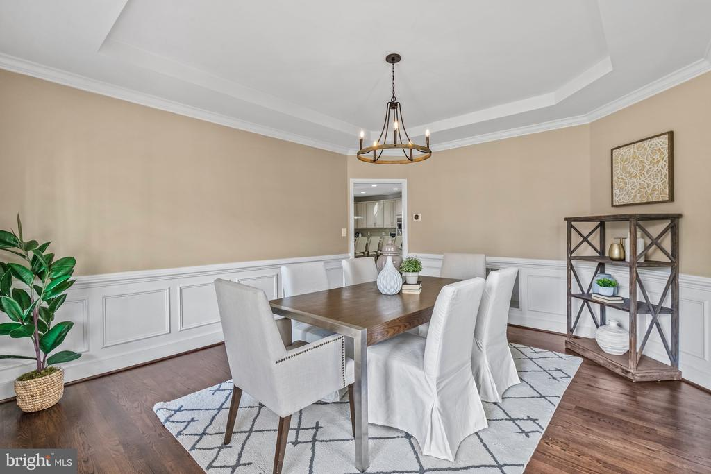 Beautiful tray ceiling and crown molding. - 304 BERRY ST SE, VIENNA