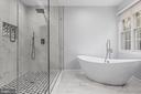 Amazing soaking tub! - 304 BERRY ST SE, VIENNA