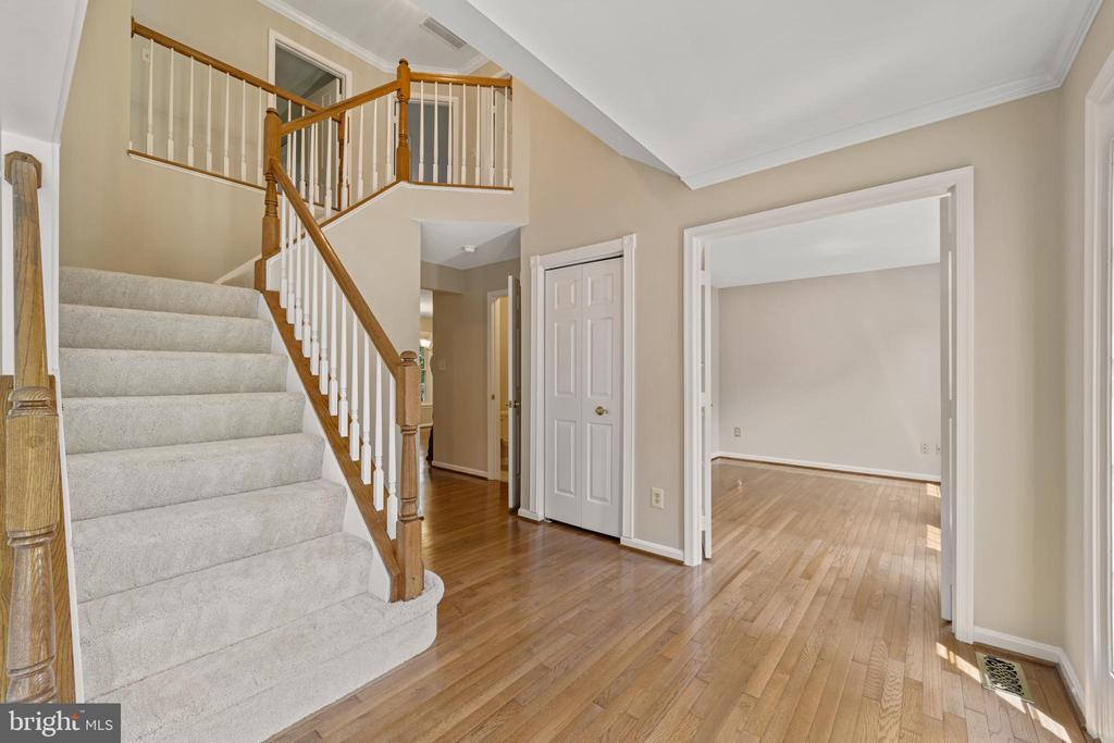 Center Hall Colonial Foyer - 8104 CREEKVIEW DR, SPRINGFIELD