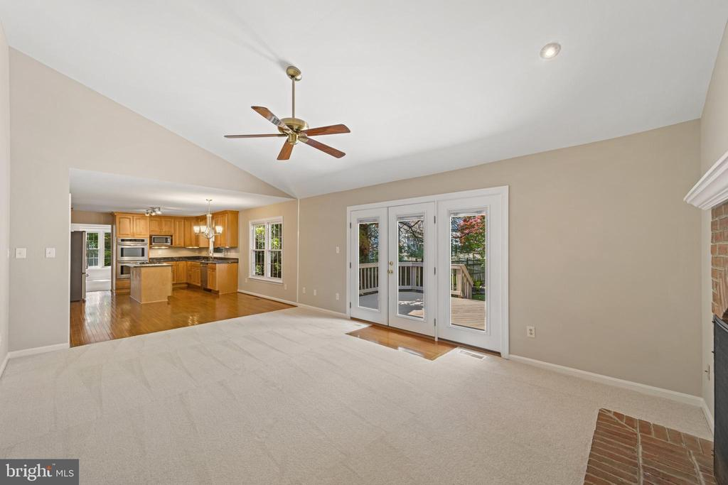 Family room with vaulted ceiling - 8104 CREEKVIEW DR, SPRINGFIELD