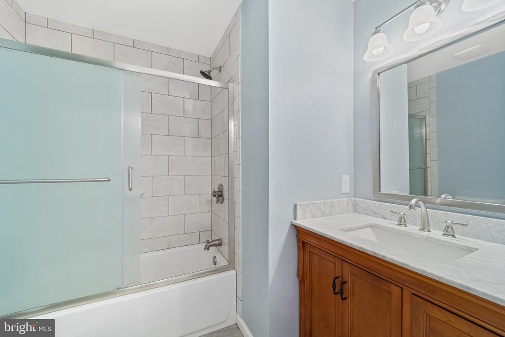 Upper shared bath - 8104 CREEKVIEW DR, SPRINGFIELD