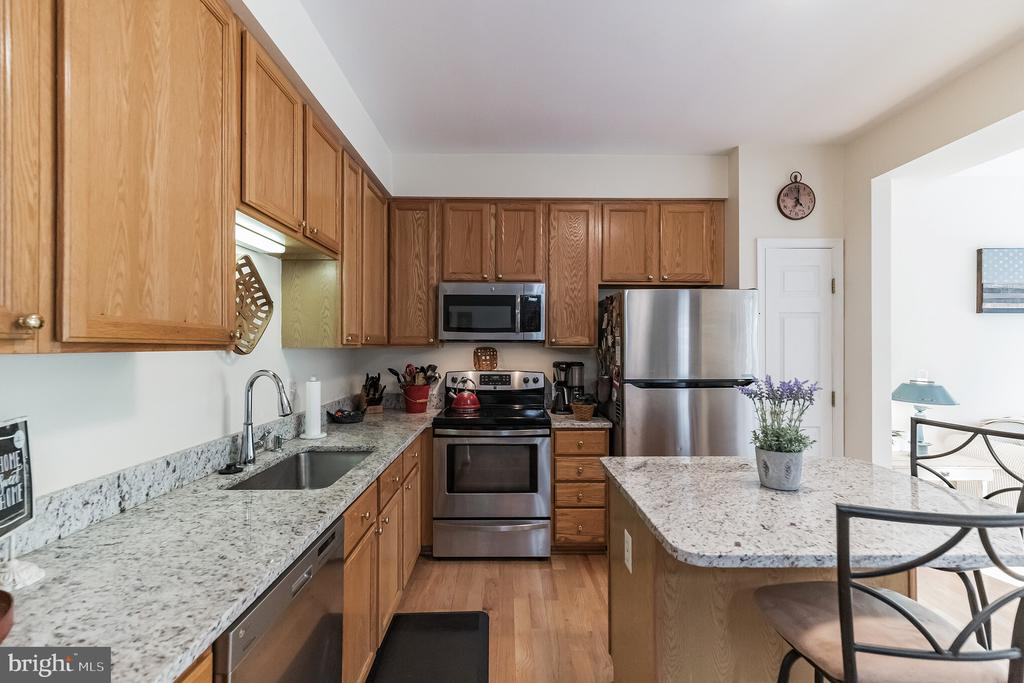 lots of room to prep meals - 43017 EUSTIS ST, CHANTILLY